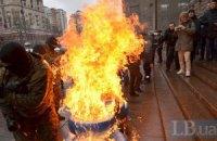 Під КМДА підпалили шини через подорожчання проїзду, один з активістів зайнявся