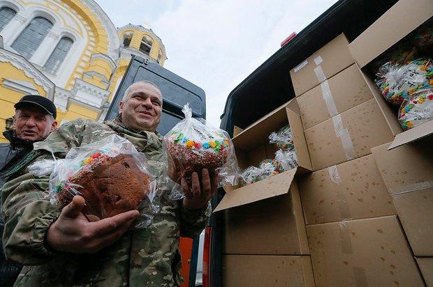 Волонтери з пасками для бійців перед відправленням в зону АТО біля Володимирсього собору в Києві