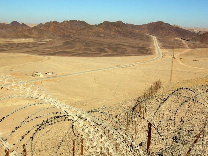 Египетско-израильская граница севернее Эйлата, Синайский полуостров (Египет слева, Израиль справа)