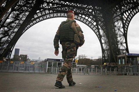 Эйфелеву башню закрыли из-за угрозы терактов