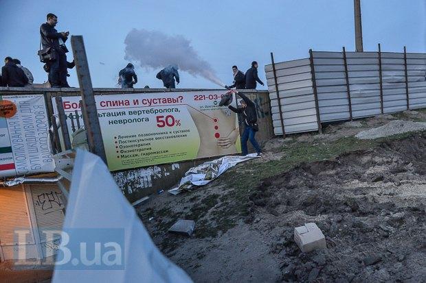 """""""Титушки"""", которые находились за забором стройплощадки, отганяли активистов огнетушителями."""