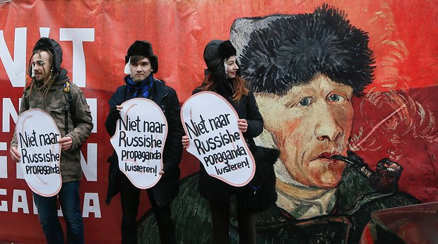 Протест активистов под посольством Голландии в Киеве против российской пропаганды