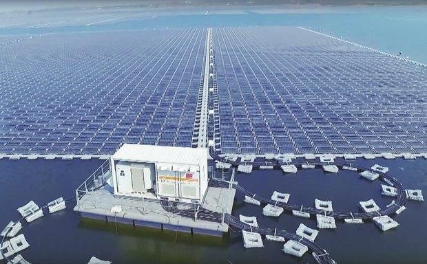 Крупнейшая в мире плавучая солнечная электростанцию: 160 тыс. солнечных панелей расположено на площади 86 га. Мощность станции составляет 40 мегаватт.