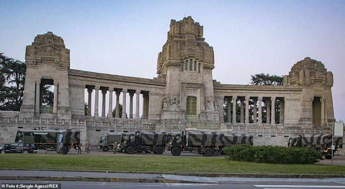 Вантажівки армії Італії припарковані біля пам'ятника поблизу крематорію Бергамо в очікуванні тіл для перевезення в крематорії сусідніх міст.
