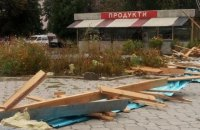В Житомирской области сильный ветер сорвал крышу с магазина