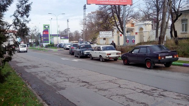 Очередь за бензином на АЗС в Севастополе