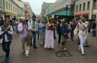 По центру Москвы прошли люди в вышиванках