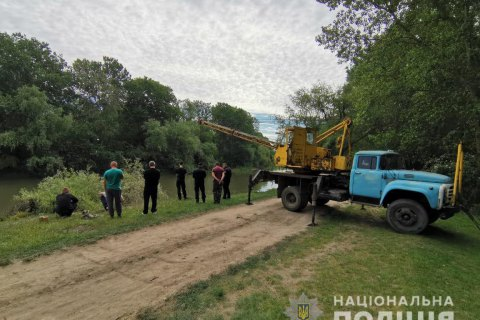 Под Одессой автомобиль слетел с крутого берега в реку: два человека погибли