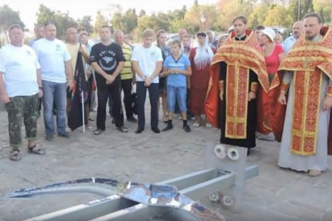 В Севастополе на дне моря установили крест для ныряльщиков