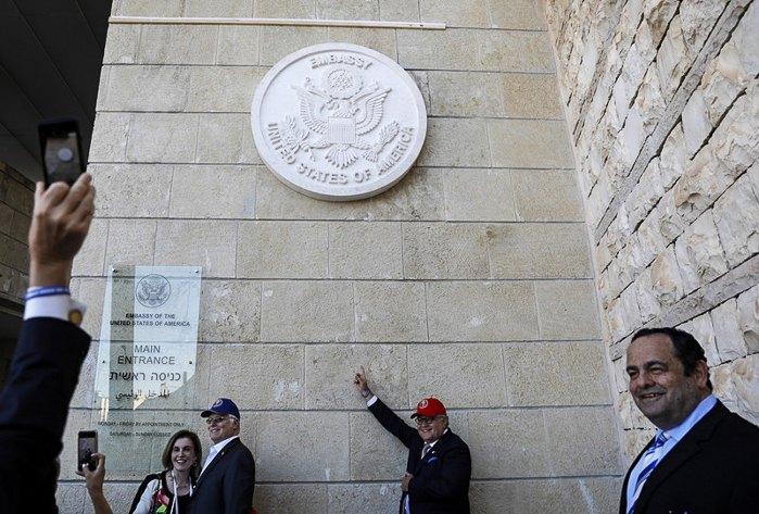 Люди фотографуються під час церемонії відкриття американського посольства в Єрусалимі, 14 травня 2018