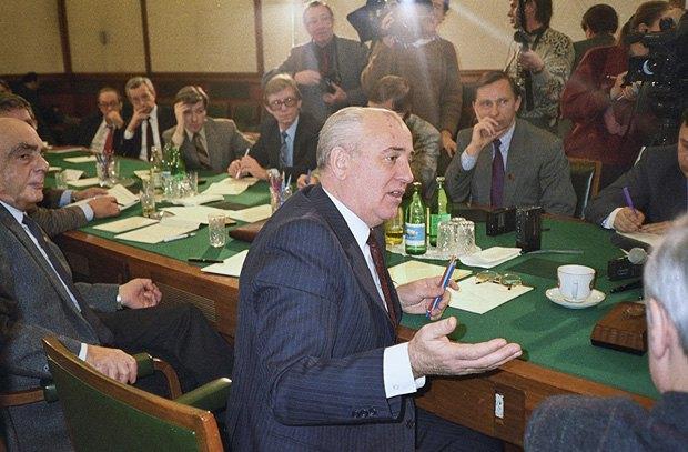 Президент СССР Михаил Горбачев отвечает на вопросы журналистов в Ново-Огарево
