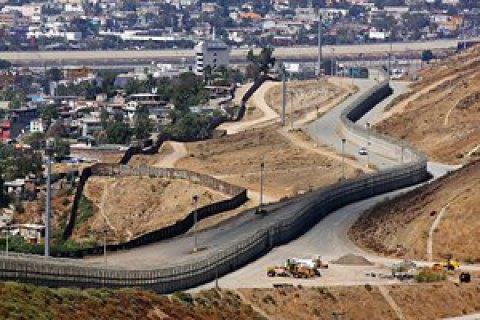 В США тестируют прототипы стены на границе с Мексикой