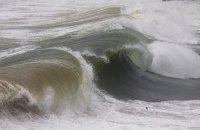 В Мексике огромная волна унесла в океан туристов