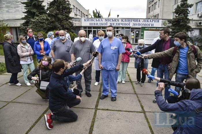 Врачи Киевской городской клинической больницы скорой медицинской помощи пожаловались на снижение заработных плат на брифинге возле больницы, 6 мая 2020