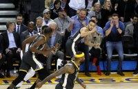 В матче НБА игрок забросил невероятный мяч из-за щита