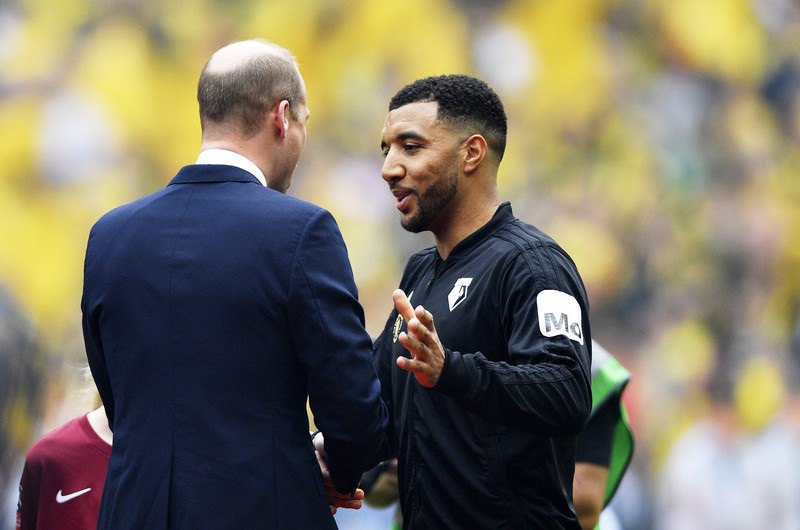 Трой Дини беседует с президентом Английской футбольной ассоциации принцем Уильямом