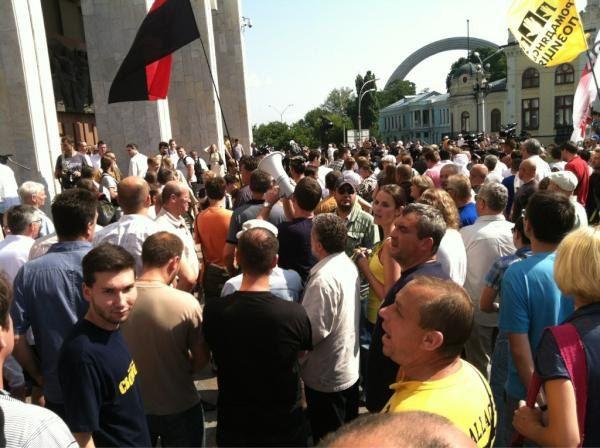 Люди подтягиваются под Украинский дом, утром 4 июля