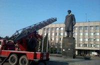 Памятнику Ленину в Славянске надели сине-желтый шарф