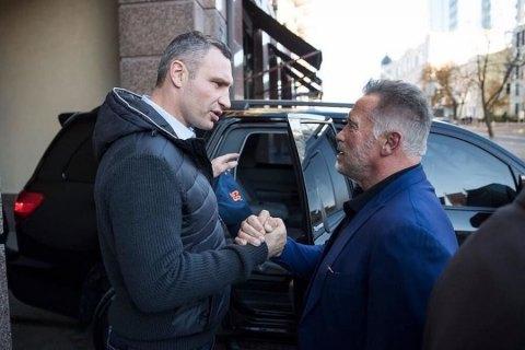 Шварценеггер поздравил Кличко с победой на выборах