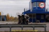 В Киеве на Оболони автомобиль врезался в пост полиции и перевернулся