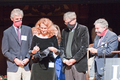 Елена Боднар демонстрирует свое изобретение на церемонии вручения Шновелевской премии