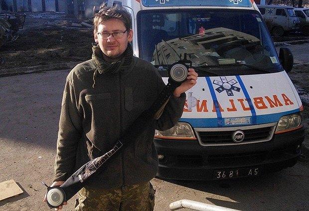 Ярослав демонстрирует турникет, переданный волонтерами