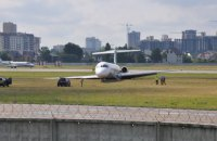 В аэропорту имени Сикорского самолет выкатился за взлетно-посадочную полосу
