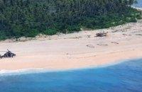 З безлюдного острова в Тихому океані завдяки напису SOS на піску врятувати трьох людей