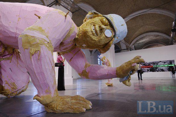 Посетители могут только догадываться, чем, по замыслу автора, измазаны его скульптуры