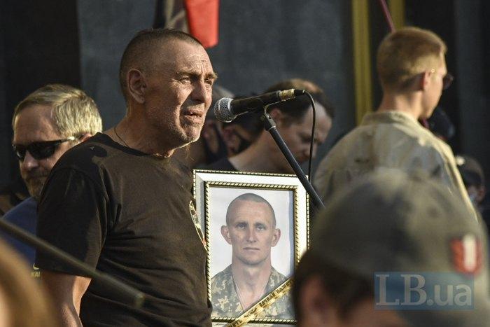 Сергій Журавель з портретом загиблого сина на мітингу під ОПУ