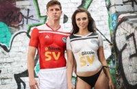 Шотландский футбольный клуб традиционно для себя представил форму полуобнаженной моделью
