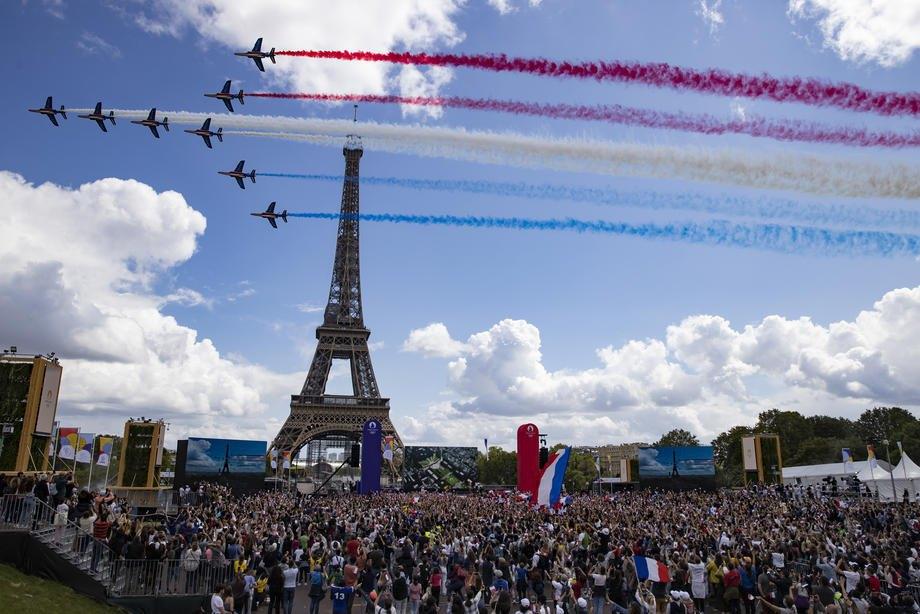 Парижани слідкують за передачею прапора Олімпіади