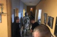 СБУ викрила злочинне угруповання, яке за участі правоохоронців займалось рейдерством та збутом зброї