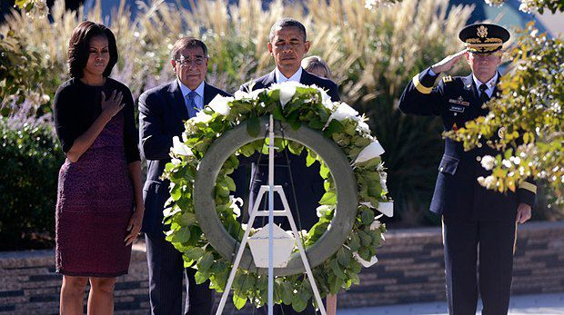 Президент США Барак Обама и его жена Мишель отдают дань памяти жертвам терактов