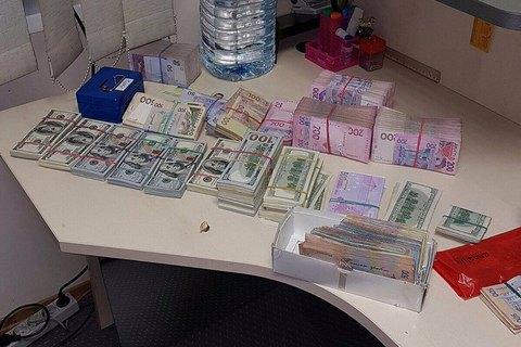 У Дніпрі під час обшуку в конвертцентрі вилучили $150 тисяч