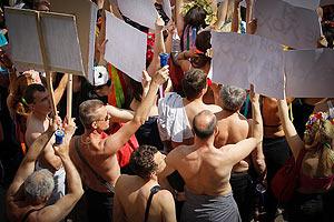 Мужчины вместе с Femen разделись против дебилизма чиновников