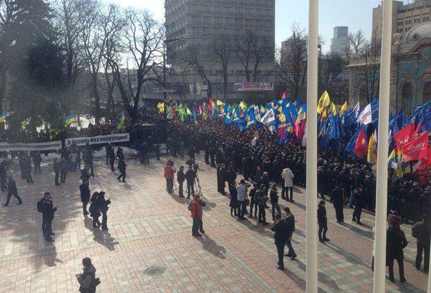 Вид на митинг из окон Верховной Рады
