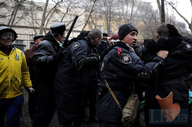 Силовики, которые сдались в руки протестующих возле Октябрьского дворца