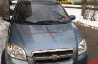 В Киеве иностранец выпрыгнул с третьего этажа и разрисовал двор своей кровью
