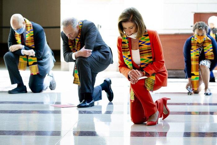 Спикер Палаты представителей США Нэнси Пелоси и законодатели-демократы на коленях во время минуты памяти Джорджа Флойда и жертв расовой несправедливости, на Капитолийском холме в Вашингтоне, 8 июня 2020.