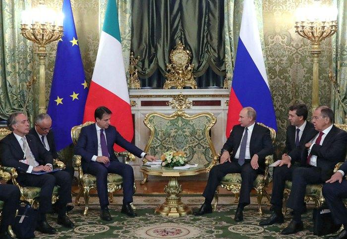 Владимир Путин (в центре справа) иДжузеппе Конте (слева) во время встречи делегаций в Кремле, Россия, 24 октября 2018.