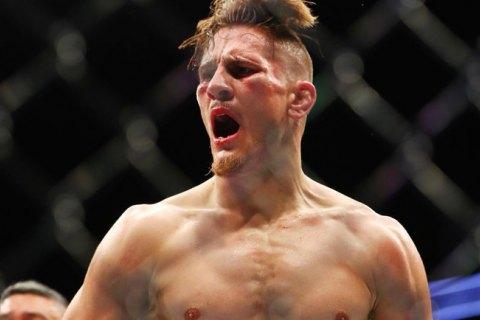 На турнире по смешанным единоборствам UFC 249 бойцу зашили лицо после жуткой травмы