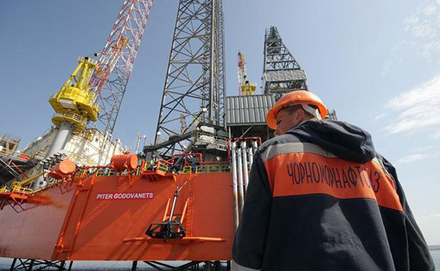 Рабочий Черноморнефтегаза на фоне вышки
