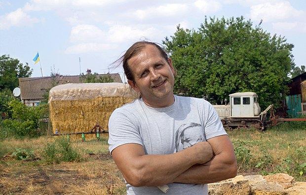 Володимир Балух біля свого дому в Криму, 2013 р