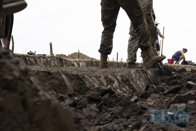 Кропітка робота —сантиметр за сантиметром зняття шару глибиною в штик лопати.