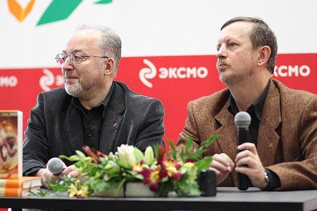 Олди - писатели Олег Ладыженский (слева) и Дмитрий Громов - на презентации книги в российском издательстве Єксмо