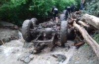 Унаслідок падіння вантажівки в річку на Закарпатті загинули 5 осіб