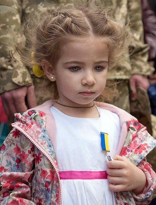 Дочь Андрея Матвиенко получила медаль *За мужество и отвагу* вместо погибшего отца, который ценой жизни спас 30 воинов.