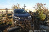 В Харьковской области священник на внедорожнике въехал на кладбище и повредил десять могил