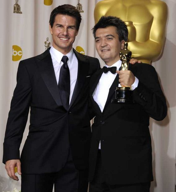 Актер Том Круз и продюсер фильма «Артист» Тома Лангманн с наградой за «Лучший фильм»